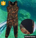 人は袖なしのカムフラージュ3.0mm Neoprene+Nylonのダイビングのウェットスーツをカスタマイズした