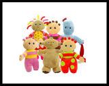 赤ん坊は毛皮で覆われたプラシ天動物猫犬のおもちゃの人形をからかう