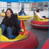 Coche de parachoques en el hielo para topar en parque de atracciones