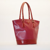 女性の赤いカラー方法戦闘状況表示板のハンド・バッグ