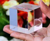 cristal óptico bloque rectangular, corte en una esquina Cubo de cristal