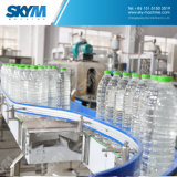 Agua automática llena que hace la línea