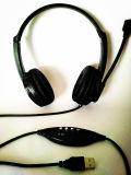 en los auriculares estéreos de Blacke del auricular del oído para el ordenador