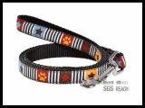 金によって編まれるリボンが付いている黒く厚いナイロン飼い犬の鎖