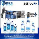 Автоматической питьевая вода разлитая по бутылкам пластмассой заполняя малую машину упаковки