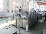 Terminar a água bebendo do frasco do animal de estimação que faz a linha de produção