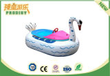 Barca gonfiabile rigida della piscina esterna sul gioco gonfiabile dell'acqua