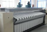 가득 차있는 자동적인 세탁물 다림질 기계