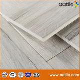 La madera de roble gris clara tiene gusto de los azulejos