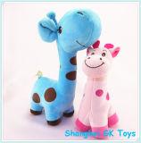 La peluche bleue de giraffe joue la giraffe de peluche