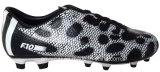El balompié de los hombres del calzado atlético anuda los zapatos al aire libre del fútbol (815-1646)