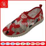 女性花が付いている偶然の歩きやすい作業靴