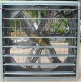 養鶏場の壁に取り付けられた換気扇