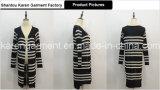 Vordere gestreifte gestrickte Frauen-Wolljacke öffnen