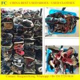 De gebruikte Mensen van Schoenen voor de Schoenen van de Sporten van de Tweede Hand van de Verkoop