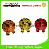 De Hand die van de fabriek het Ceramische Stuk speelgoed van de Spaarpot van Kinderen Voor het Geld van de Besparing afdrukken