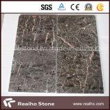 I cinesi poco costosi appendono le mattonelle di marmo grige per il pavimento e la parete