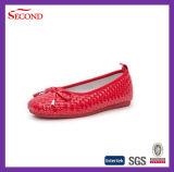 Zapatos rojos cómodos de los niños del ocio