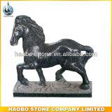 Высеканный рукой малый каменный высекать лошади