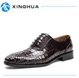 本革の余暇の人の靴手は靴を作る