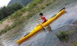 Overzeese van de kano zit de Plastic Kajak in OceaanKajak met Peddel
