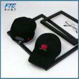 O artigo relativo à promoção feito sob encomenda ostenta bonés de beisebol do chapéu