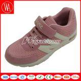 慰めの感じの夏の網の子供のスポーツの靴