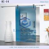 La glace de décoration dans la chambre de douche avec la glace et l'acide découpés a repéré la glace avec du ce et le ccc