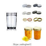 Alimento e vidro bebendo alterados em volta do frasco de pedreiro o tampão