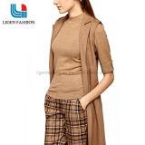 소매에 단추를 가진 여자의 뜨개질을 한 스웨터