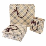 Sac de empaquetage de sacs de sacs à main de pistes de main d'emballage de papier de transporteur