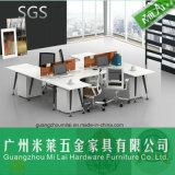 Nuevo escritorio del ordenador de la oficina conceptora con el marco de acero de los muebles
