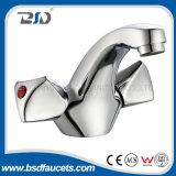 Il doppio tratta il rubinetto del bacino montato piattaforma d'ottone del bicromato di potassio del miscelatore del bacino