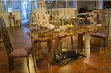 簡単で典型的な上の大理石の食堂テーブル