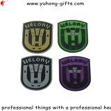 Etiqueta de goma suave del PVC con la insignia grabada para la ropa (YH-RL050)