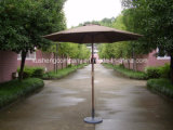 テラスの日曜日の新しい陰の木製のポーランド人屋外浜の喫茶店の庭の傘