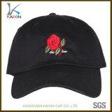 Rosa ha ricamato il berretto da baseball nero per gli uomini