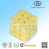常置NdFeBの磁石の立方体に塗る10X10X10金