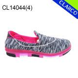 方法女性のスニーカーの歩くスポーツの靴