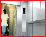 Torin機械が付いている病院のエレベーターか上昇