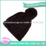 Tricotando manualmente o tampão por atacado feito sob encomenda do preto do chapéu do inverno de China