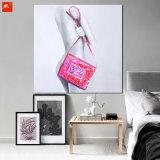 ハンドバッグのキャンバスプリントを持つ現代裸の女性