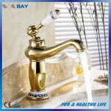 Choisir le robinet en laiton chaud de traitement et froid de finition d'or de bassin de bassin