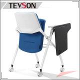 훈련 회의를 위한 쓰기 널과 가진 현대 의자