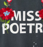 Broderie des fleurs de la fille d'usine et T-shirt estampé