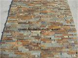 Естественный шифер цвета ржавчины кроет каменную стену черепицей для сбывания