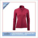 여자는 겨울 고품질을%s 가진 빨간 Softshell 재킷을 방수 처리한다