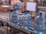 ligne remplissante d'eau potable pure du baril 19L