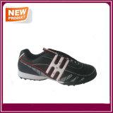 Chaussures noires du football d'intérieur de couleur