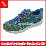 平らな平野の偶然の慰安婦のスポーツの靴